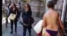 Immagine Donna nuda in giro per Napoli, in rete spuntano altri video| Guarda